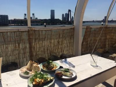 Heerlijk eten met idem uitzicht op skyline rotterdam bij de aloharbar